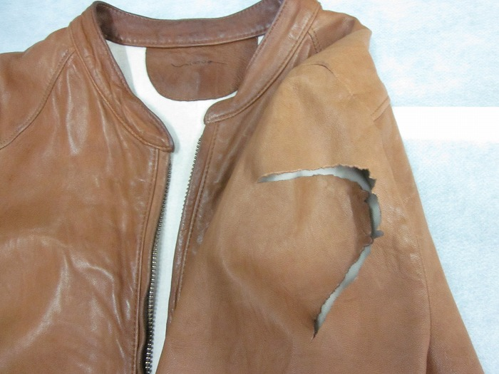 レザージャケットの右袖をひっかけ、破れてしまった!!